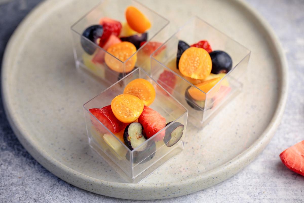 Свежие ягоды и фрукты в шоте