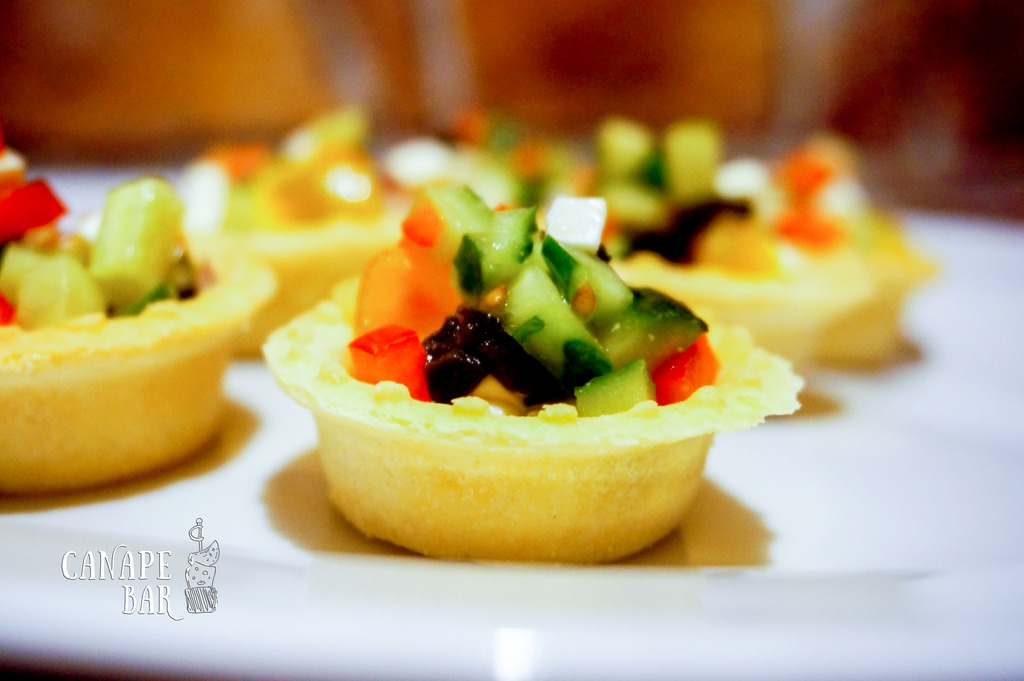 Греческий салат с оливковым маслом в корзинке