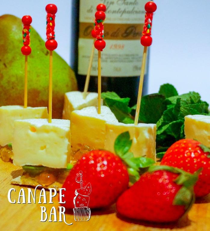 Камамбер на тосте с фруктовым конфитюром