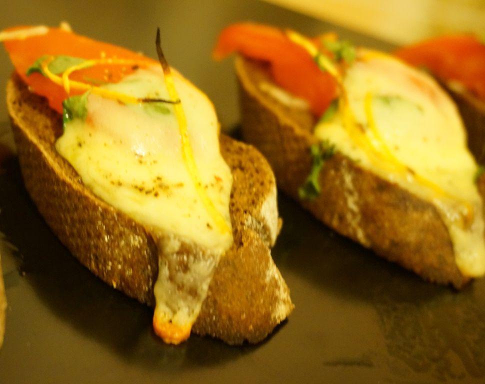 Тапас — сыр с овощами на белом хлебе, запеченный в духовке