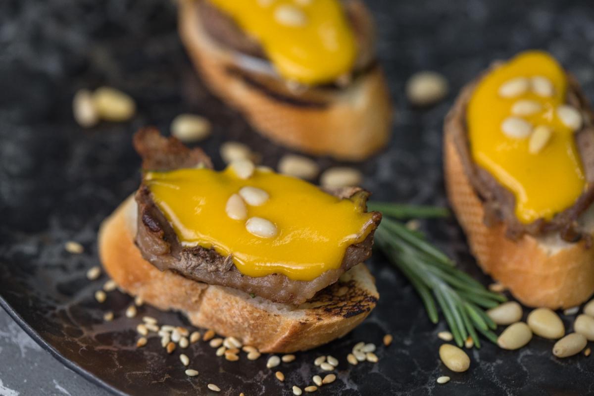 брускетта утиное филе с соусом из манго и кедровыми орешками