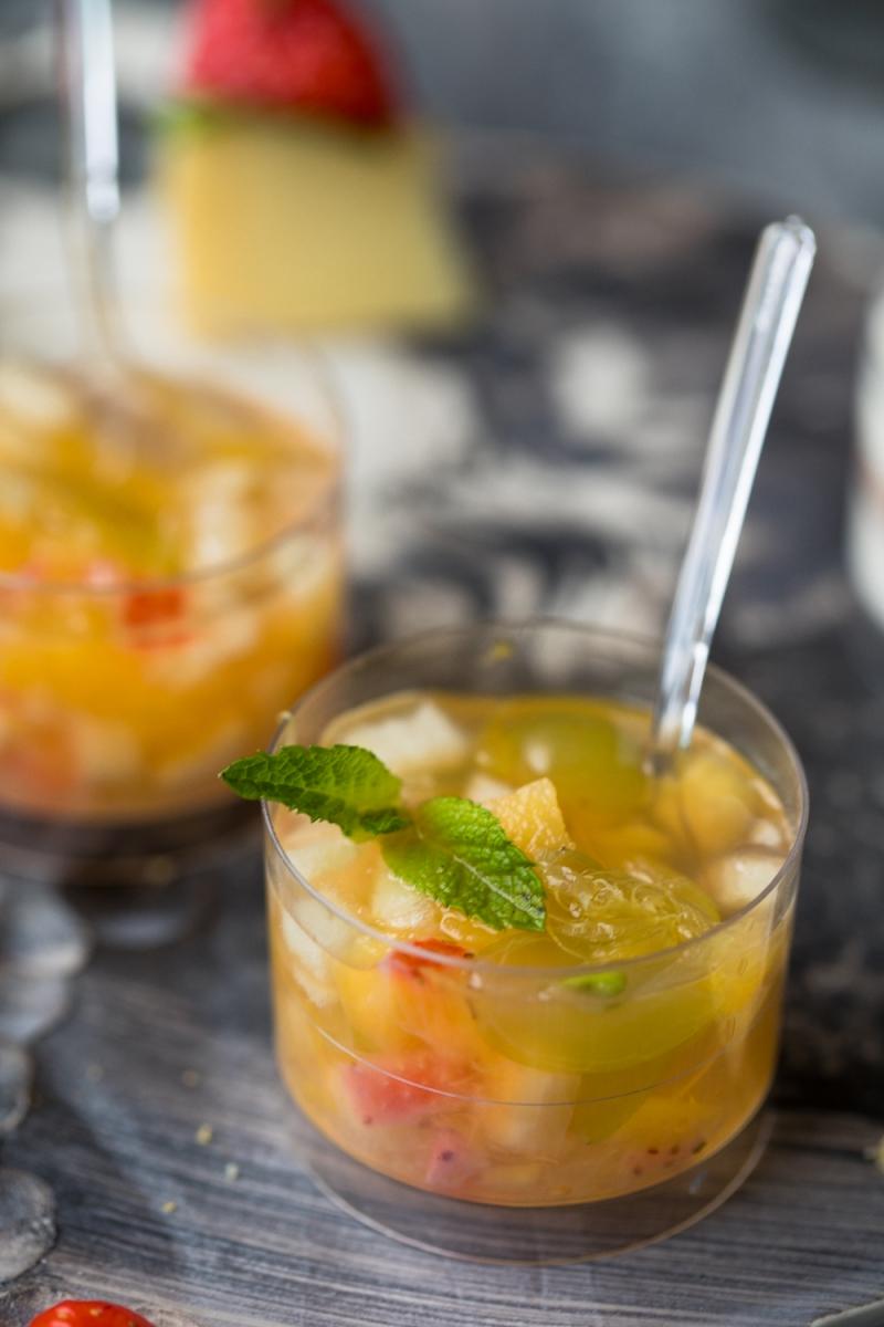 Гуазетто —свежие фрукты в стаканчике