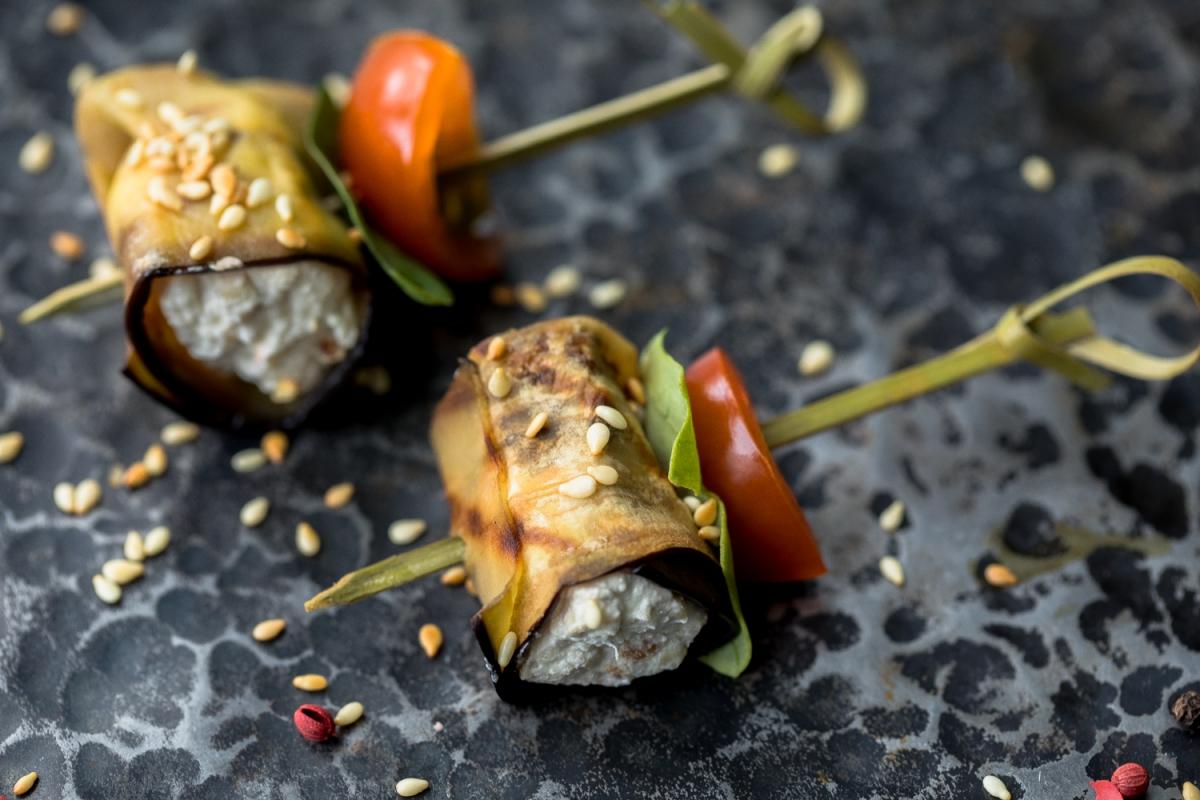 Классические рулетики из баклажана с сыром, чесноком и орехами