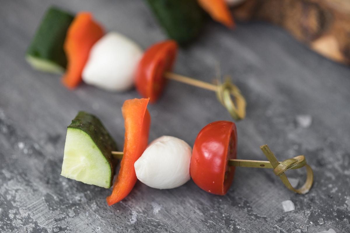 Овощи и бэби- моцарелла на шпажке