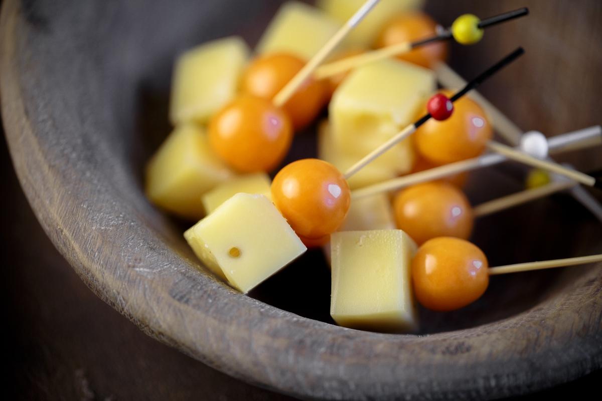 Сыр маасдам на шпажке с физалисом