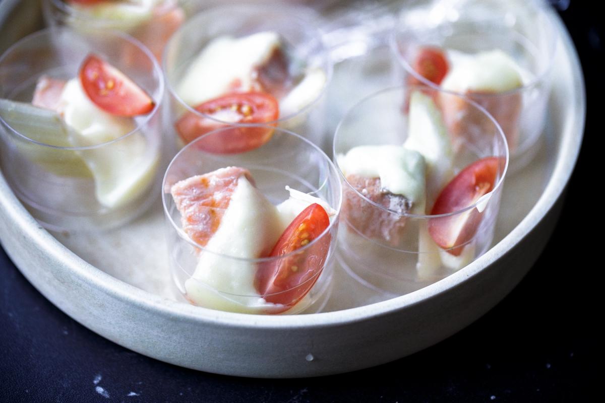 Салат в шоте с жареной сёмгой