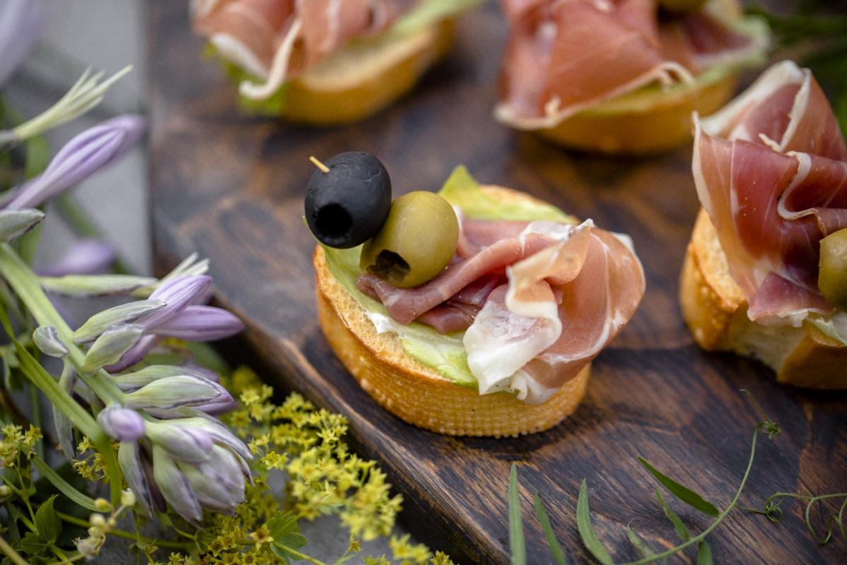 Прошутто на багете с оливкой и маслиной