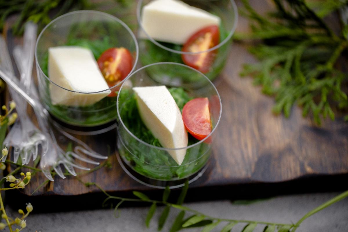 Козий сыр с салатом чука в баночках