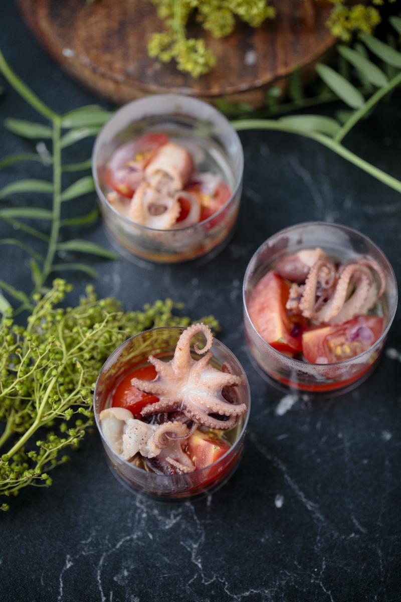 Осьминог с помидорами конкасе и оливковым маслом в шоте