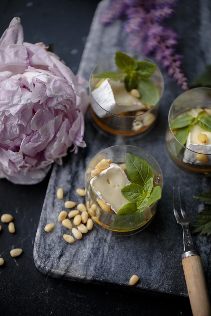 Камамбер с мёдом и кедровыми орехом