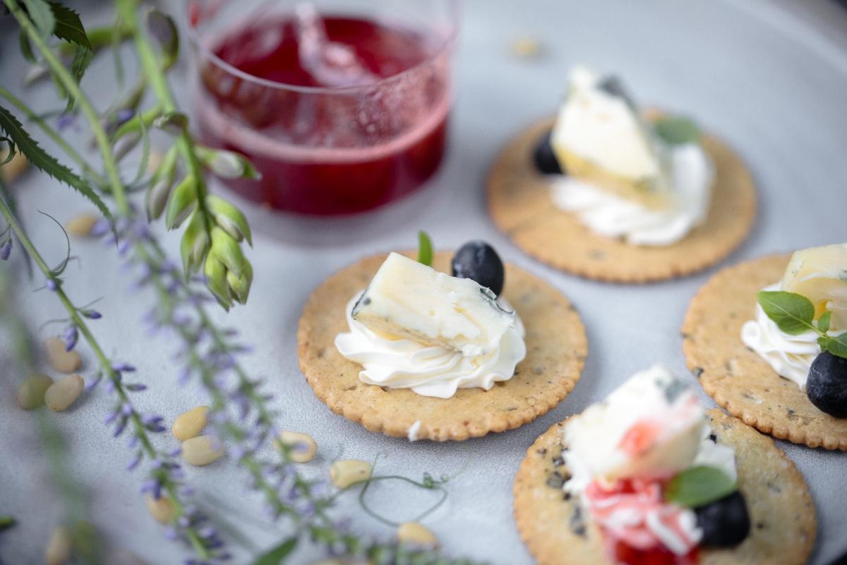 Сыр с голубой плесенью, голубикой и малиновым джемом на крокете
