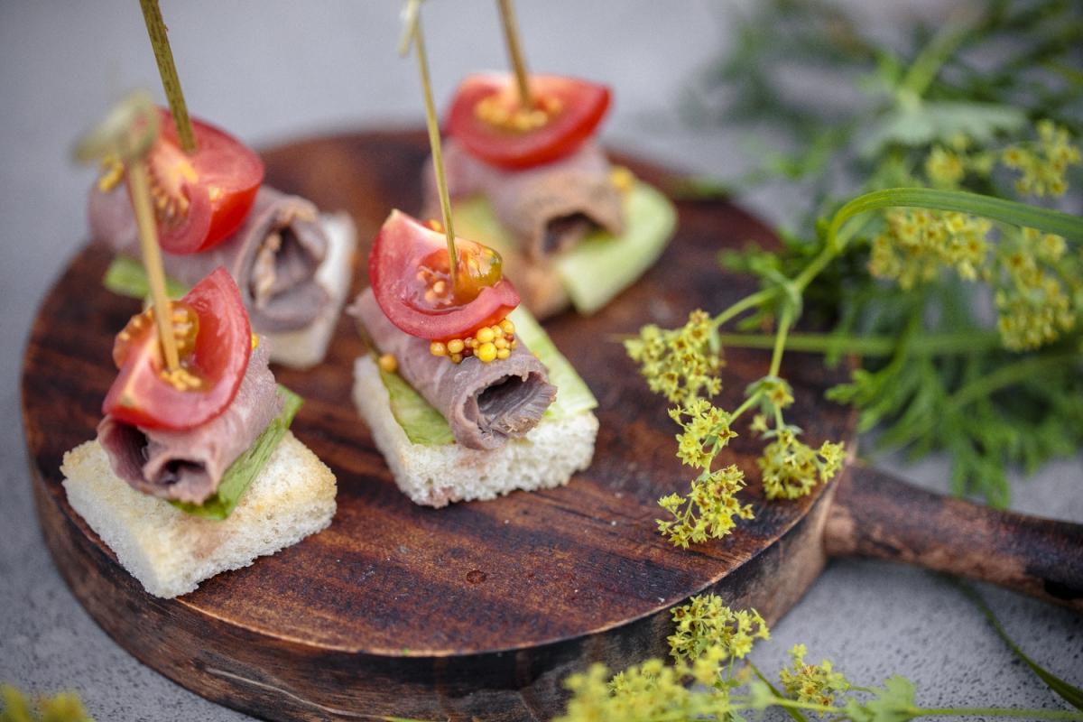 Ростбиф из говяжей  вырезки с салатом и  дижонской горчицей