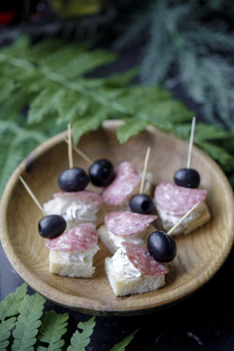 Cалями с маслинами на шпажке