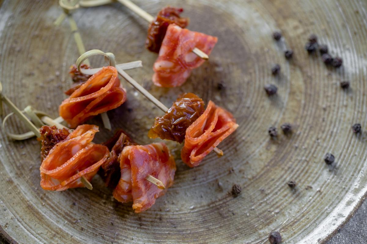 канапе с чоризо и вяленым томатом