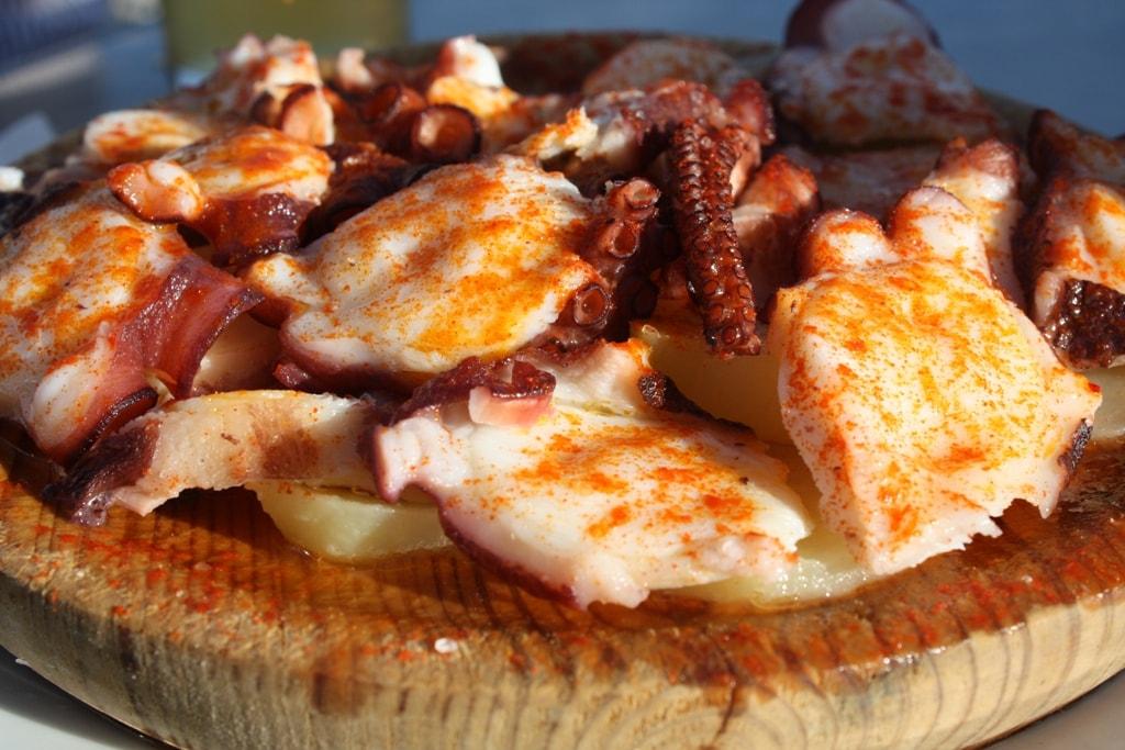 Осьминог по-галисийски с картофелем и паприкой