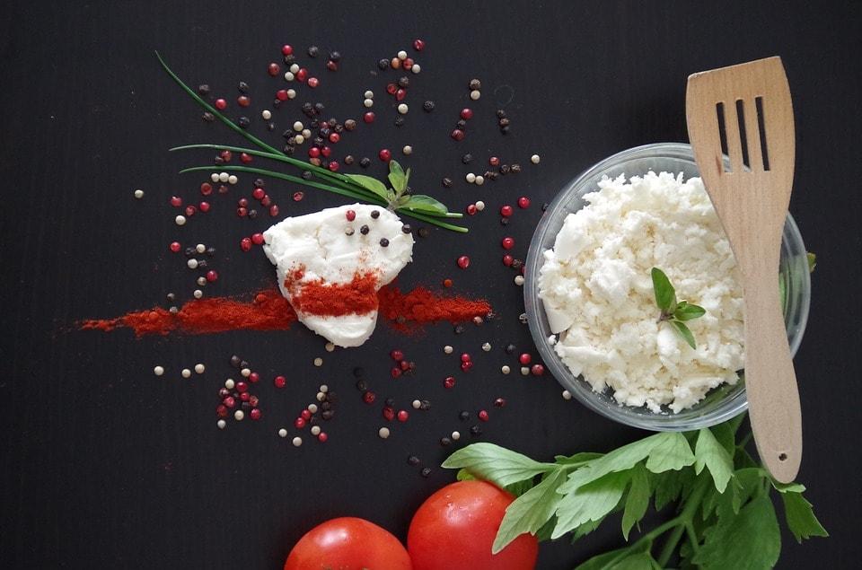 Сыр брынза со свежими овощами